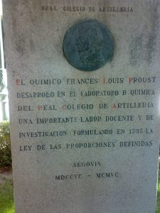 Monumento en la entrada del Real Colegio de Artillería de Segovia.